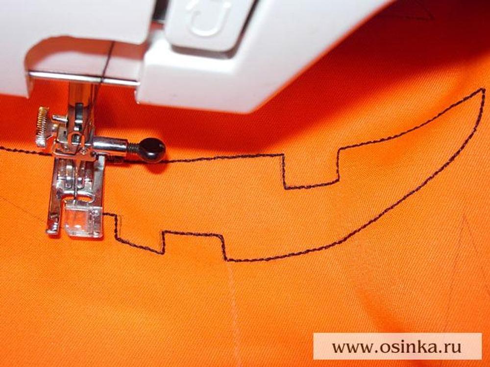 07. С лицевой стороны передней половинки сумки проложить строчку черными нитками по контуру улыбки. Лучше использовать тройной стежок, если такой есть на вашей швейной машине.