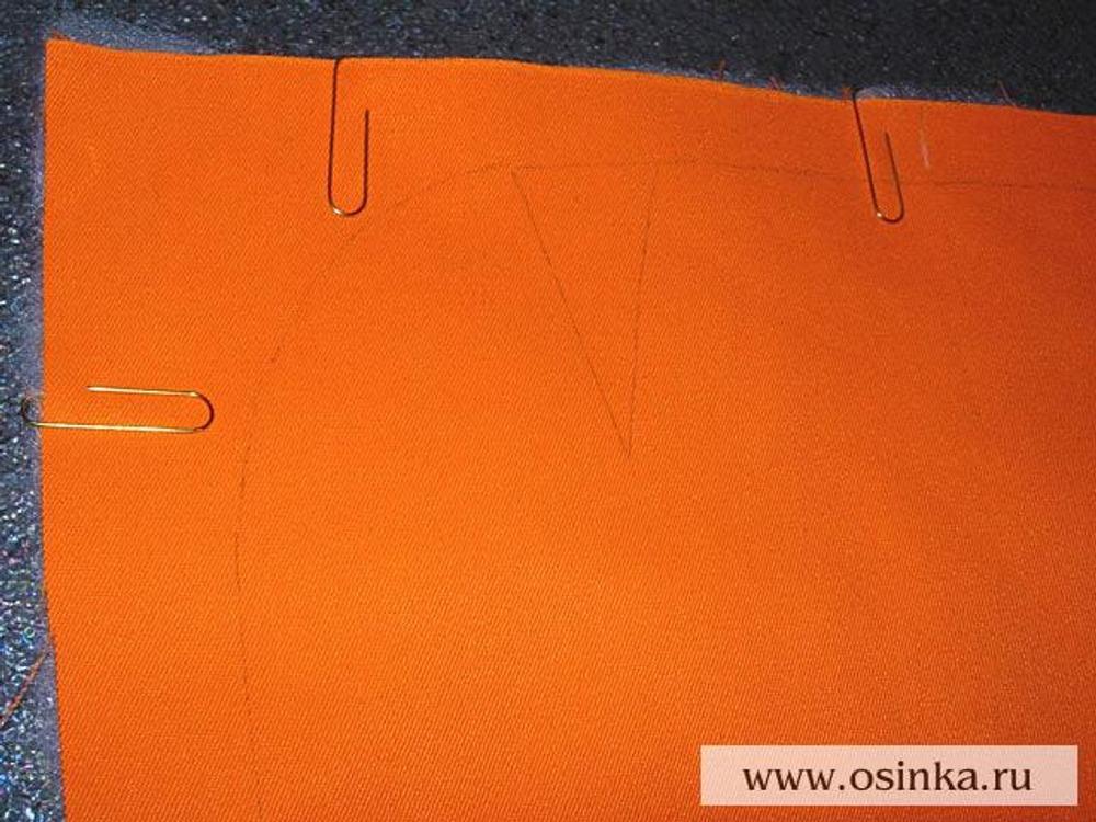 12. Под переднюю и заднюю половинки сумки подложить синтепон и зафиксировать его с помощью канцелярских скрепок.