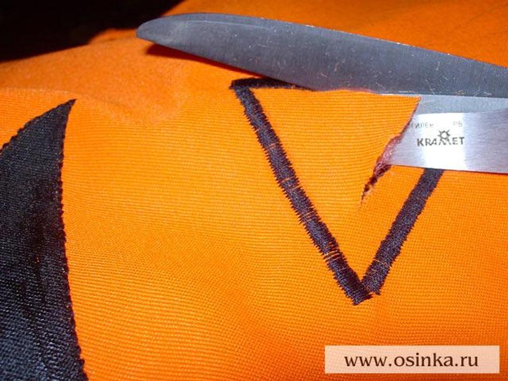18. Срезать ткань внутри получившегося контура близко к строчке. Если где-то получилось неаккуратно и проглядывает оранжевая ткань, эти участки можно закрасить черным маркером для ткани.