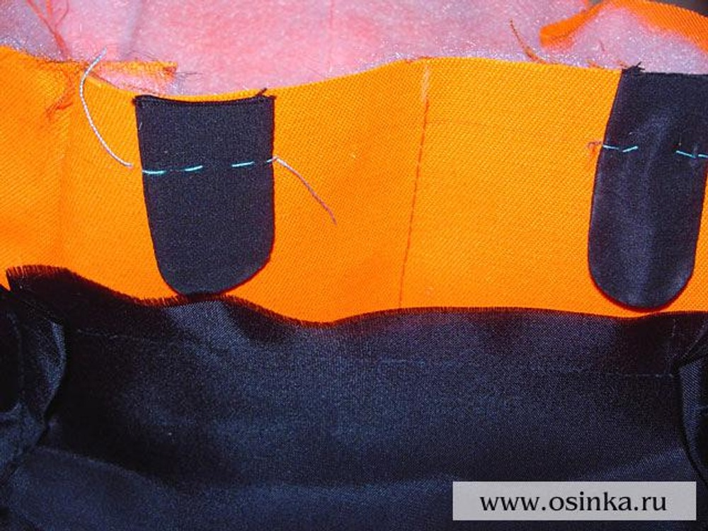 32. Паты приложить к задней половинке сумки, совместив срезы, на расстоянии 1 см от вытачки в сторону середины зада. Приметать.