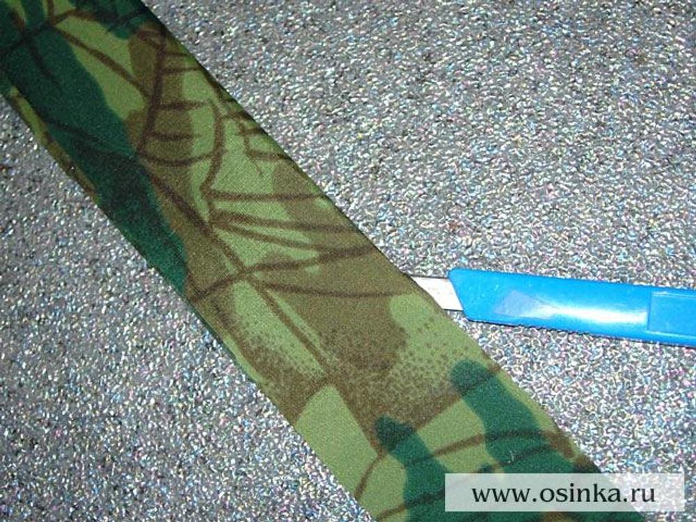 35. Ручки для сумки. Лоскут плащевки защитной расцветки разрезать вдоль пополам. Для экономии времени можно воспользоваться канцелярским ножом, так как не обязательно, чтобы край был идеально ровным.