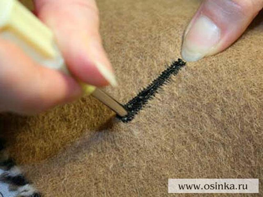 12. Формируем «глазок» с помощью шила, растягивая его и придавая округлую форму.