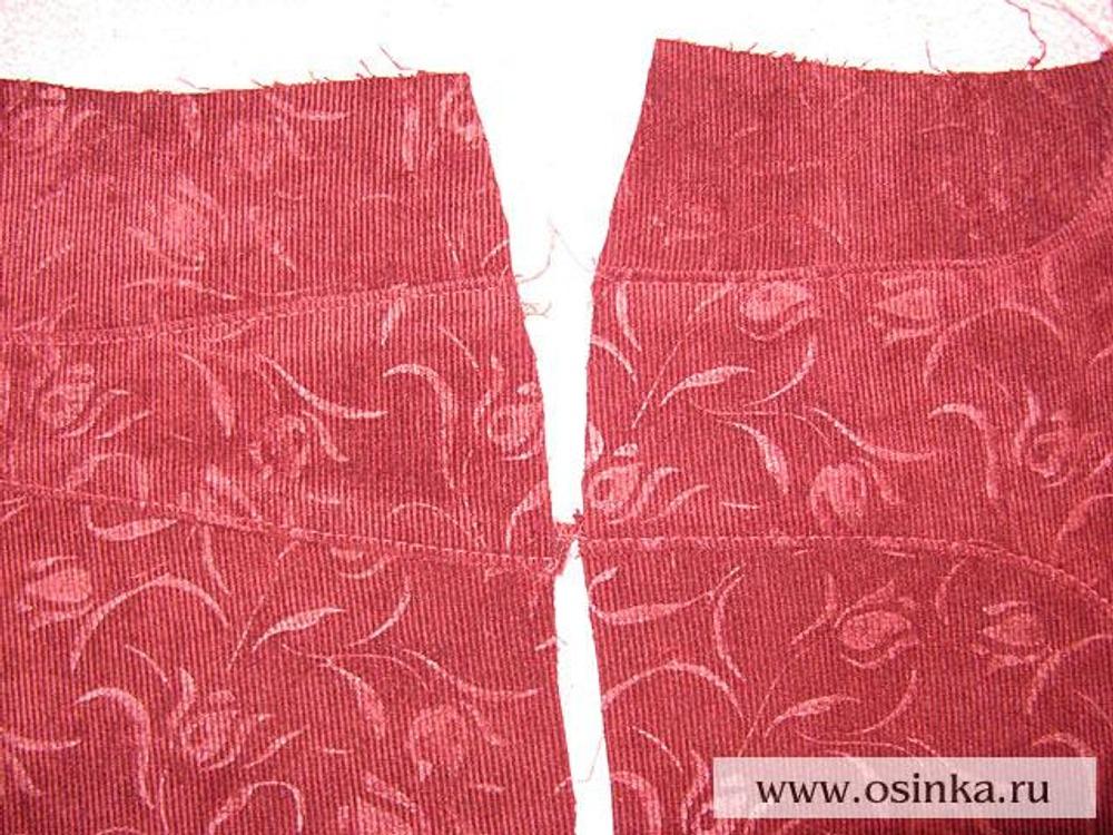 13. Все рельефные швы на брюках отстрачиваются широким стежком на расстоянии 2-3 мм от края.