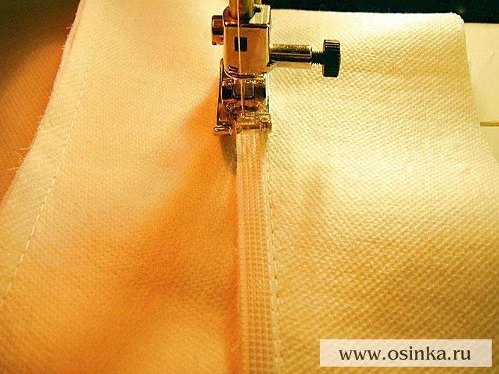 10. Вторую строчку прокладываем насквозь, по другому краю ригелина и основной ткани.