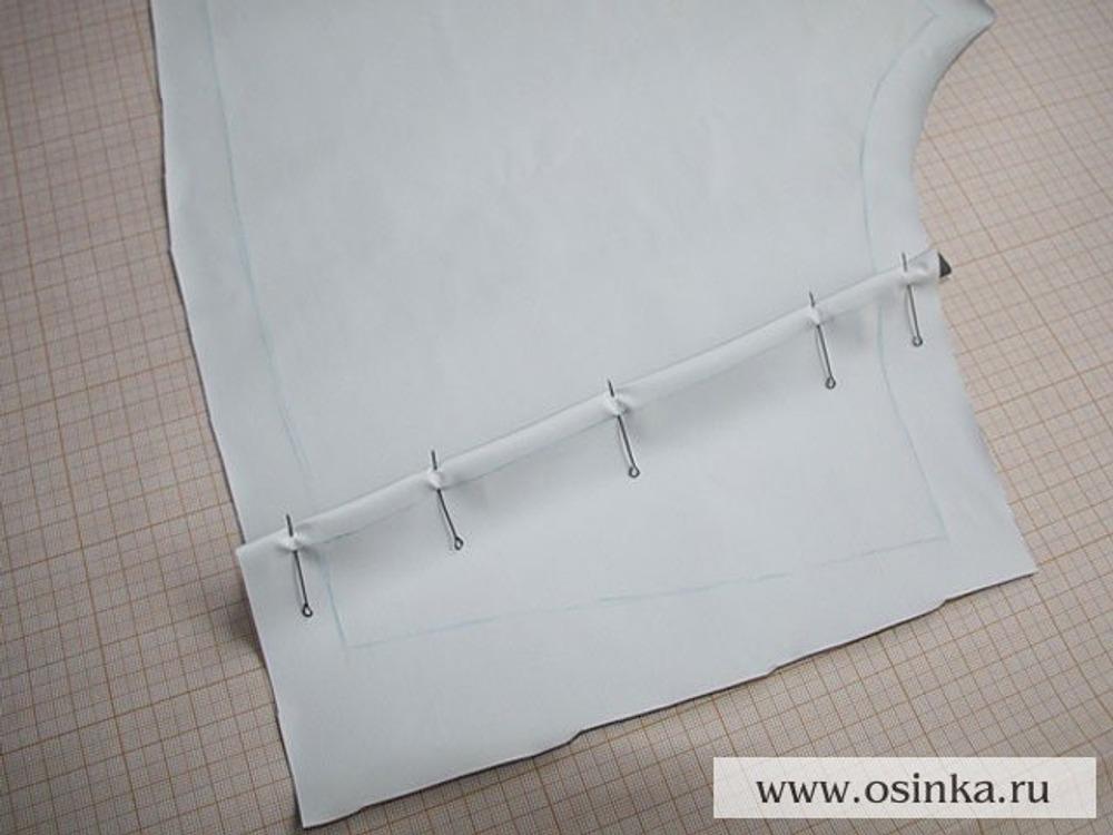 07. Скалываем детали кокетки на задних половинках брюк.