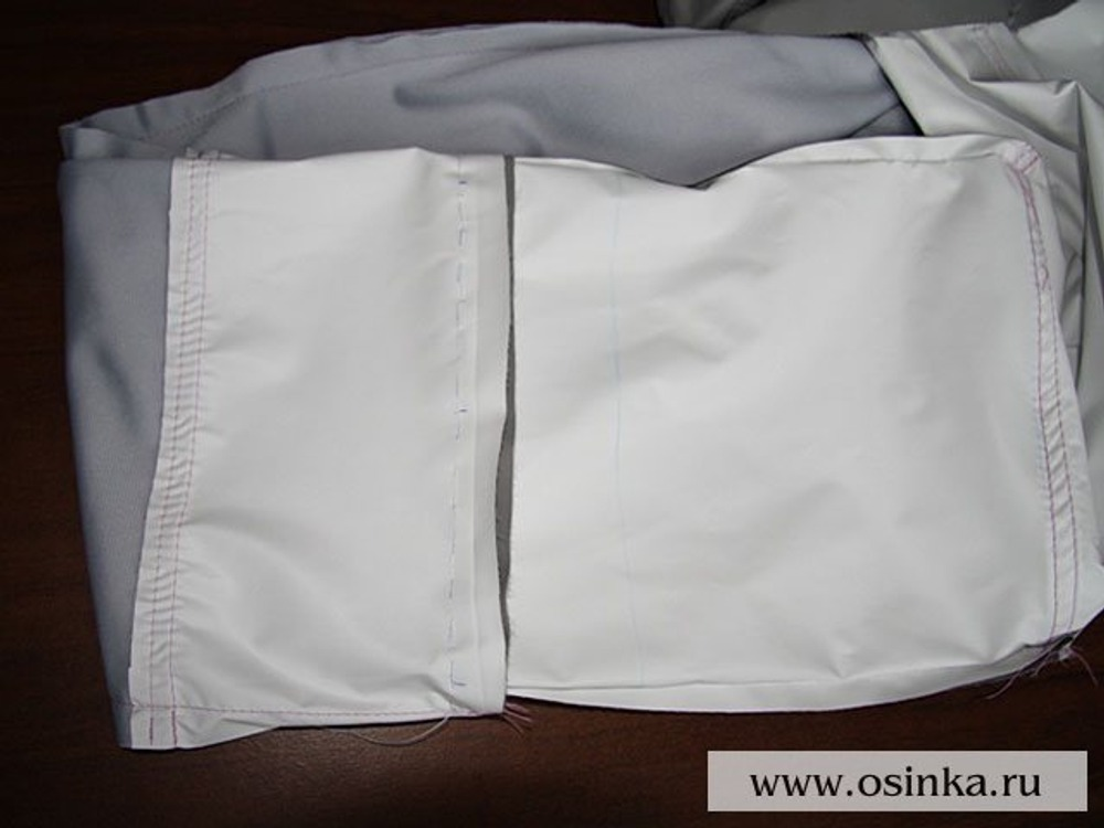 40. Выворачиваем штанину так чтобы и подклад и основные детали были на левой стороне и сшиваем по новой линии низа.