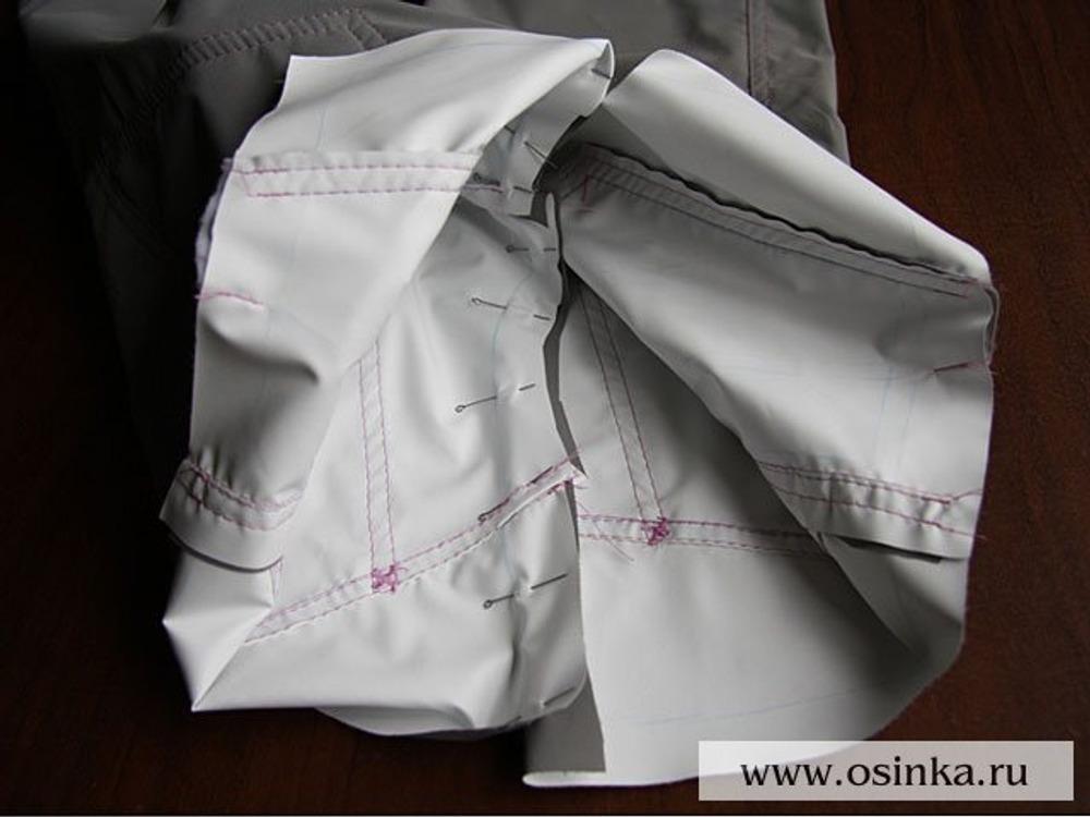 20. Фиксируем правую и левую часть брюк по среднему шву.