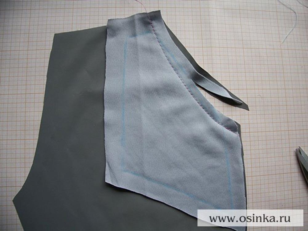 11. Прокладываем строчку слегка изогнутой: на мой взгляд вогнутая линия входа в карман выглядит изящнее прямой. Срезаем излишки ткани и выворачиваем мешковину на изнаночную сторону.
