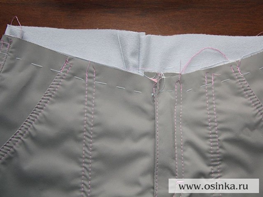 44. Сметываем подклад и верхнюю ткань по линии вшивания пояса.