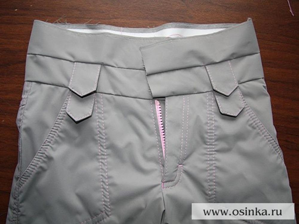 45. Пришиваем нижнюю (лицевую) часть пояса одновременно вшивая три части шлевки, две по бокам впереди и одна по центру сзади. Пришиваем к нижней части пояса верхнюю (изнаночную) так же вшивая верхние части шлевок напротив нижних.