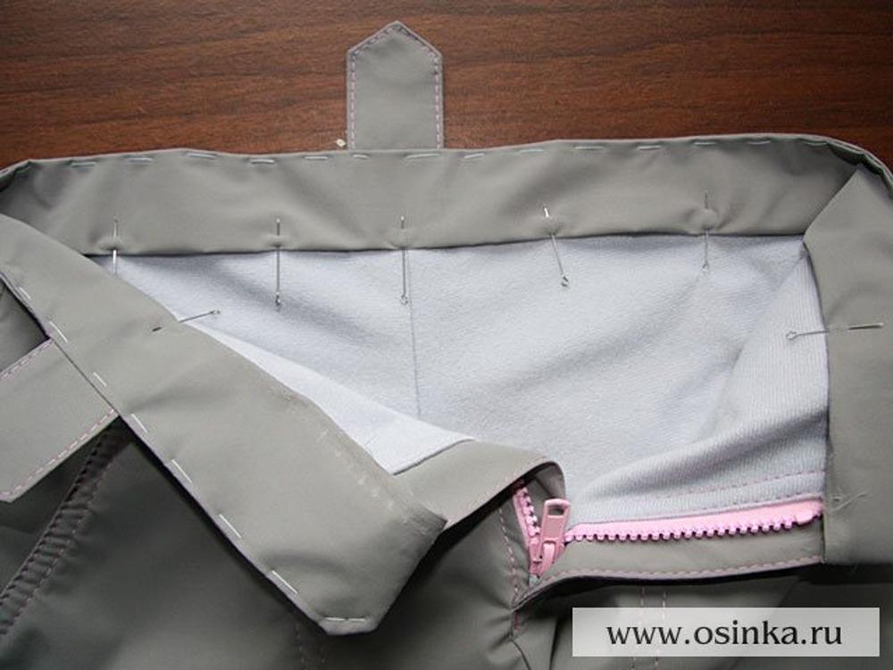 48. Подгибаем и пришиваем внутреннюю часть пояса вдоль отрезка, где будет проходить резинка. В моем случае резинка будет проходить от середины и до середины передних шлевок.