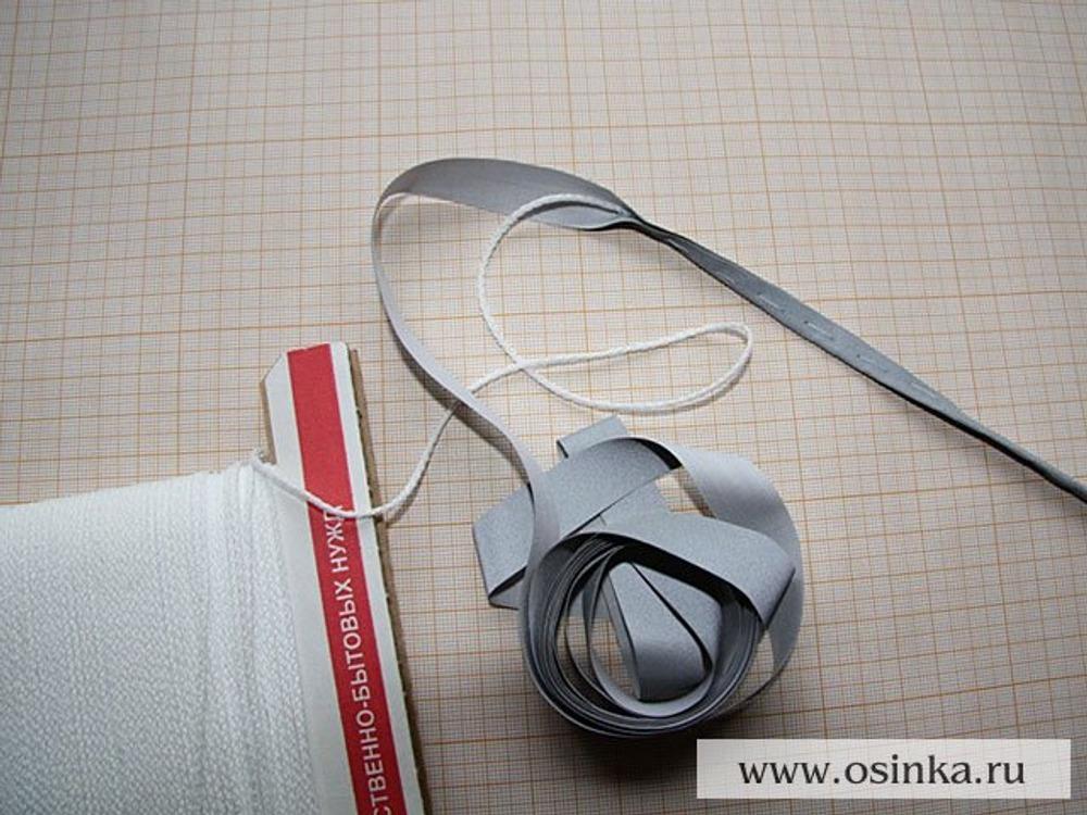 02. Изготовление светоотражающего канта: шнур, толщиной 1,5–2 мм оборачиваем лентой и приметываем.