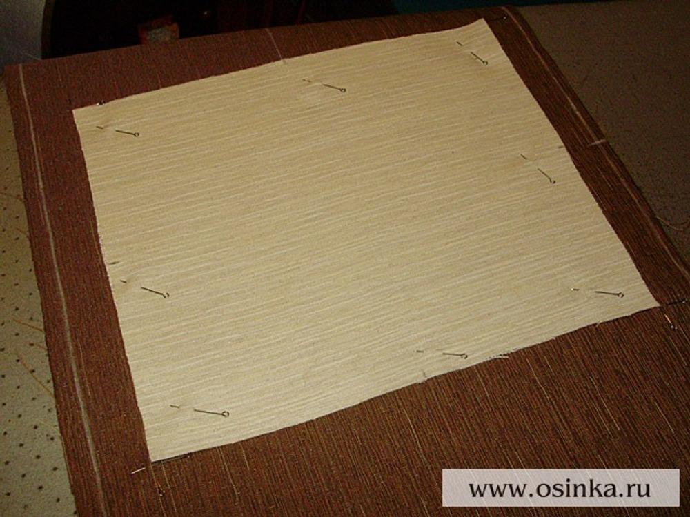 01. На лицевую сторону основы приметать лоскут ткани для аппликации.