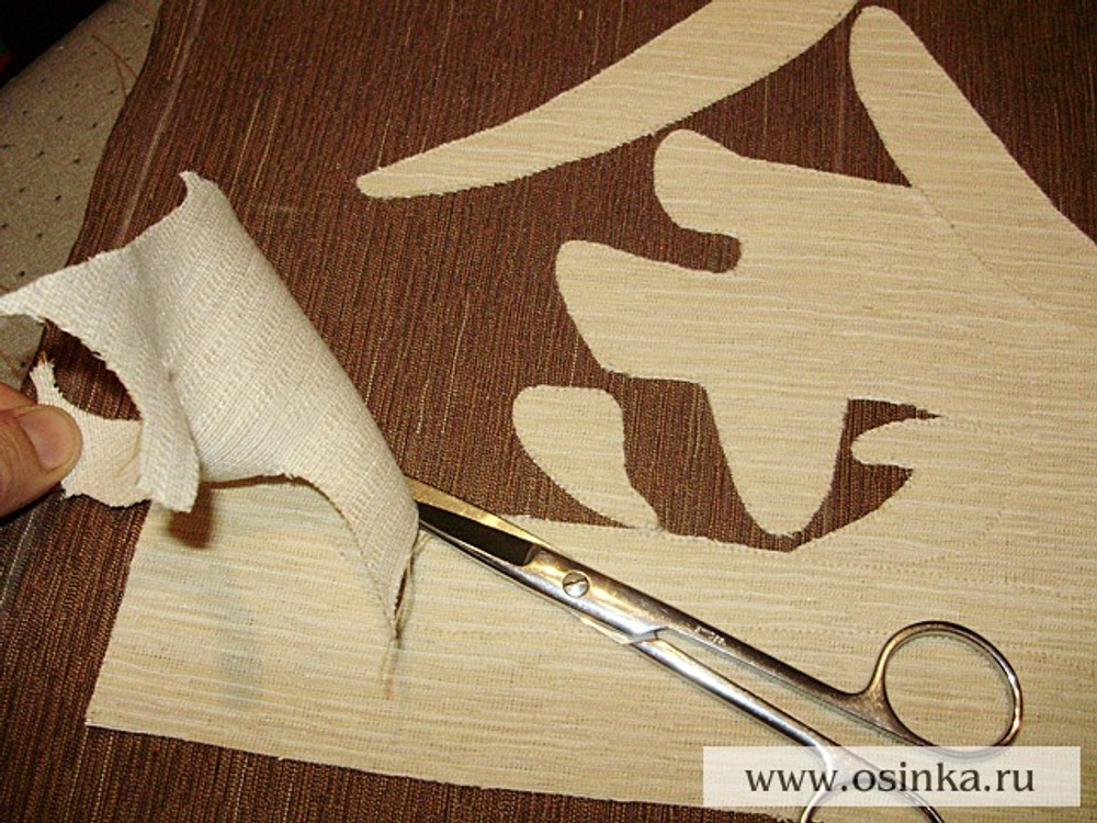 06. Ножницами с острыми кончиками осторожно вырезать лишнюю ткань по рисунку близко к строчке.