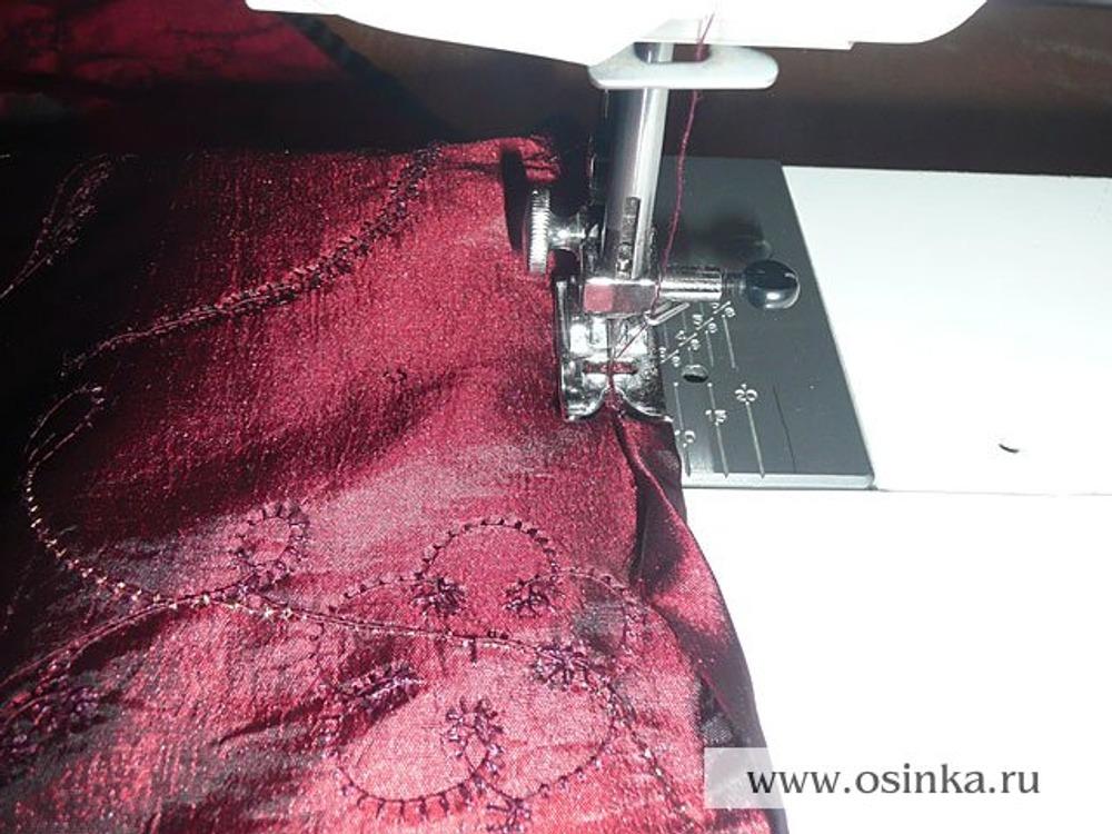 25. Подгибаем юбку, юбку из подклада обрабатываем роликовым швом.