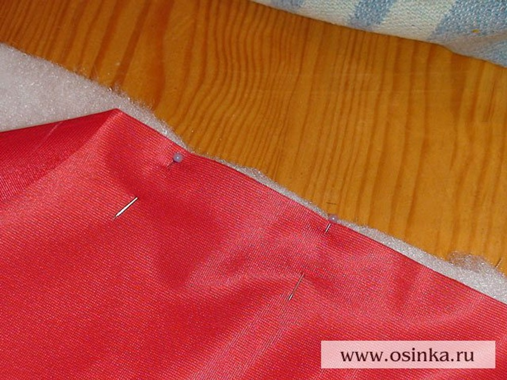 09. Накладываем детали из основной ткани изнаночной стороной на соответствующие детали из утеплителя. Фиксируем булавками.