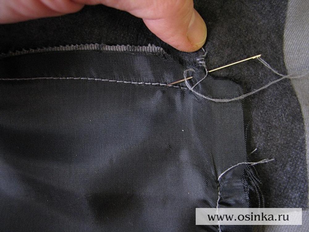 29. Осталось совсем немного – закрепить листочку. В классических пиджаках эта операция делается вручную. Подготавливаете двойню нитку и начинаете пришивать края листочки, захватывая только ее внутреннюю сторону. С лица, разумеется ничего не должно быть видно. Края листочки вы ищете на ощупь.