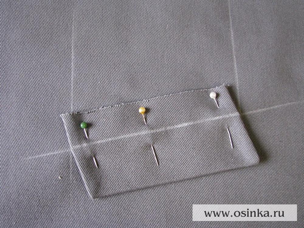 07. Приложим листочку на до этого размеченную линию. Приколем булавками поперек будущей строчки.