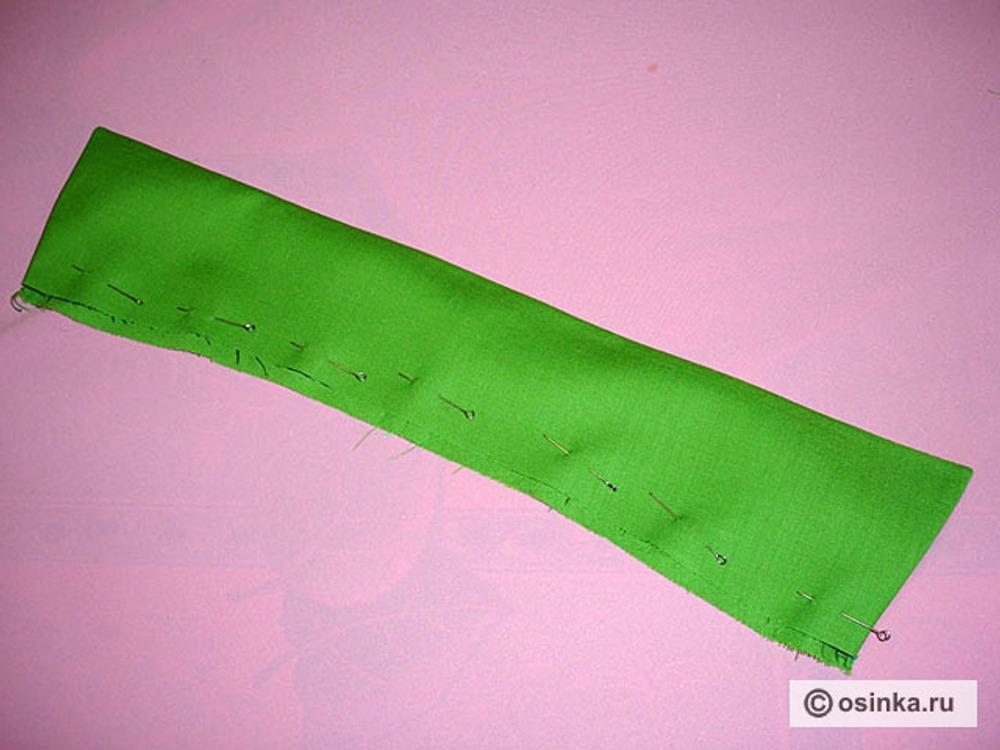 33. Дать крупную строчку по линии горловины на 0,5см. от среза верхнего воротника, то есть, застрочить воротник по горловине.