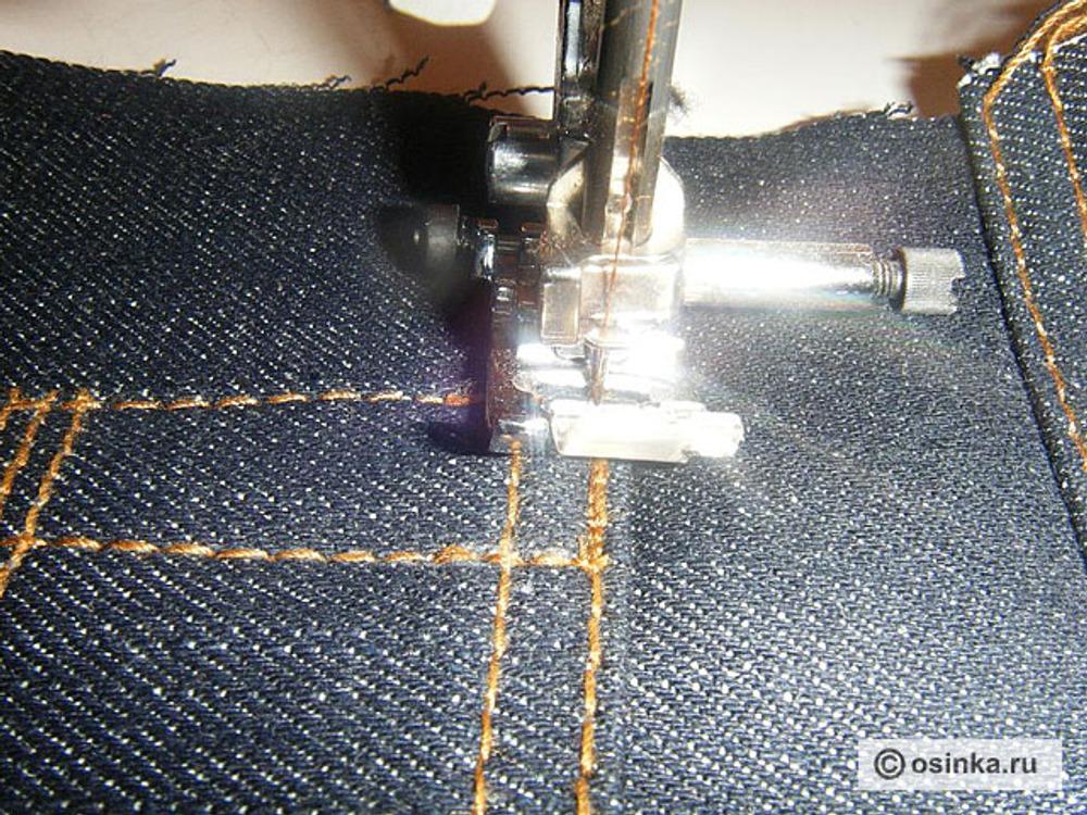 01. Для закрепок нитки нам подойдут самые обычные, не толстые (вполне подходят Ideal или Dor Tak), в качестве верхней и нижней нити. Лапка так же обычная, которой выполняется прямая строчка и зиг-заг. Пригодится и устройство для шитья толстых материалов (его можно заменить кусочками ткани, сложенными в несколько слоев). Толстые нитки пригодятся для отстрочек. Сперва выполняем прямую строчку. Положение иглы: по центру. Длина стежка: 1.0 делаем строчку на длину закрепки, включаем обратный ход и возвращаемся в исходную точку. Повторяем еще раз вперёд и назад.