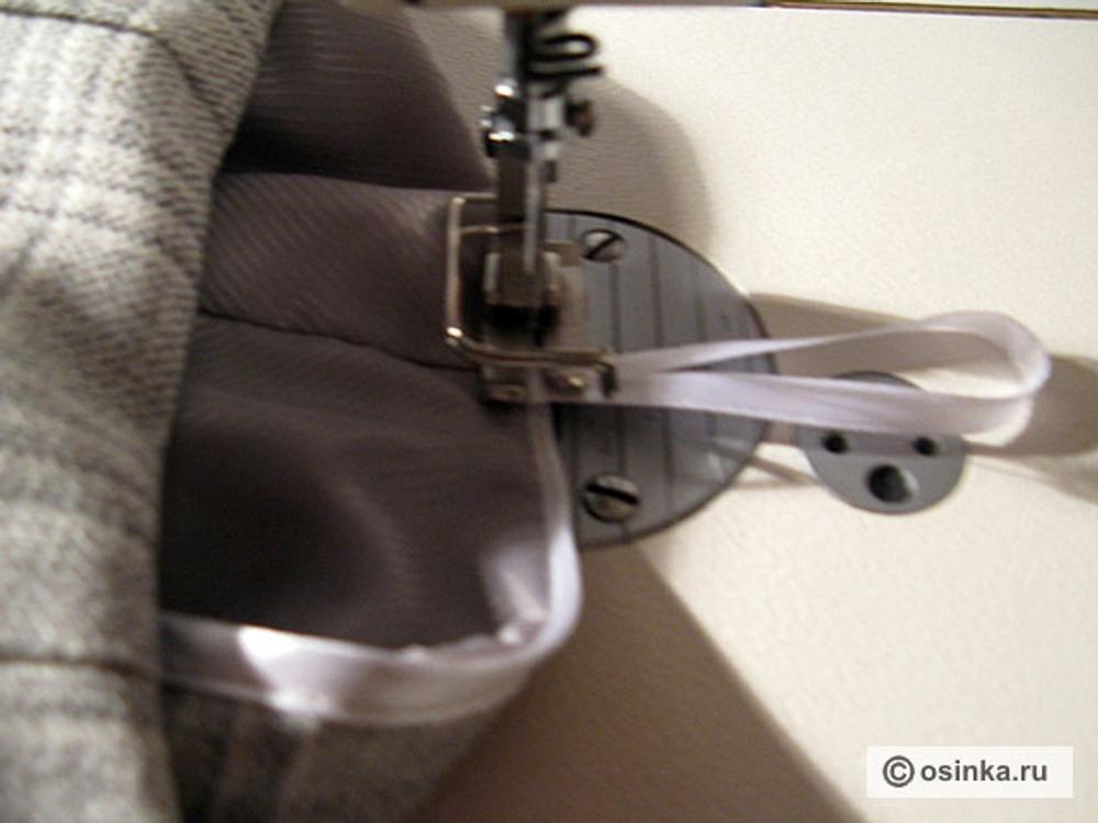 14. Пришить петли-вешалки по боковым швам к нижним срезам обтачки.