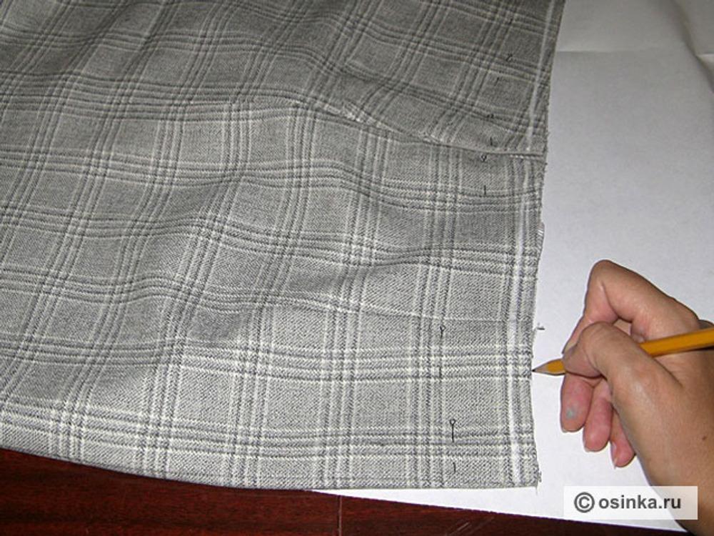 03. Обвести контуры верхнего среза юбки на бумаге.