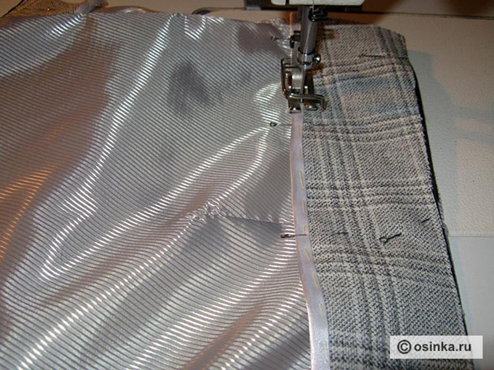 09. Обработать нижний срез обтачки косой бейкой и настрочить её на подкладку,совмещая верхние срезы.