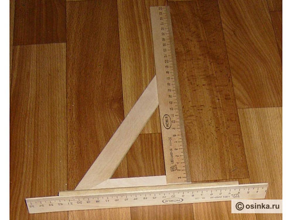 02. Изготовление угловой линейки Для снятия проекционных мерок (высот и глубин) будем использовать специальную угловую линейку. Ее просто изготовить самостоятельно, ее себестоимость не выше 40 - 50 рублей. Преимущество такой линейки в том, что при измерениях четко соблюдается прямой угол, что увеличивает точность измерений. Для изготовления угловой линейки вам потребуются: - две деревянные линейки длиной 30 и 25 см, - деревянный угольник с углами 30 и 60 градусов, - два куска деревянного оконного штапика длиной по 15-17 см, - клей ПВА, - кухонный нож-пилка.