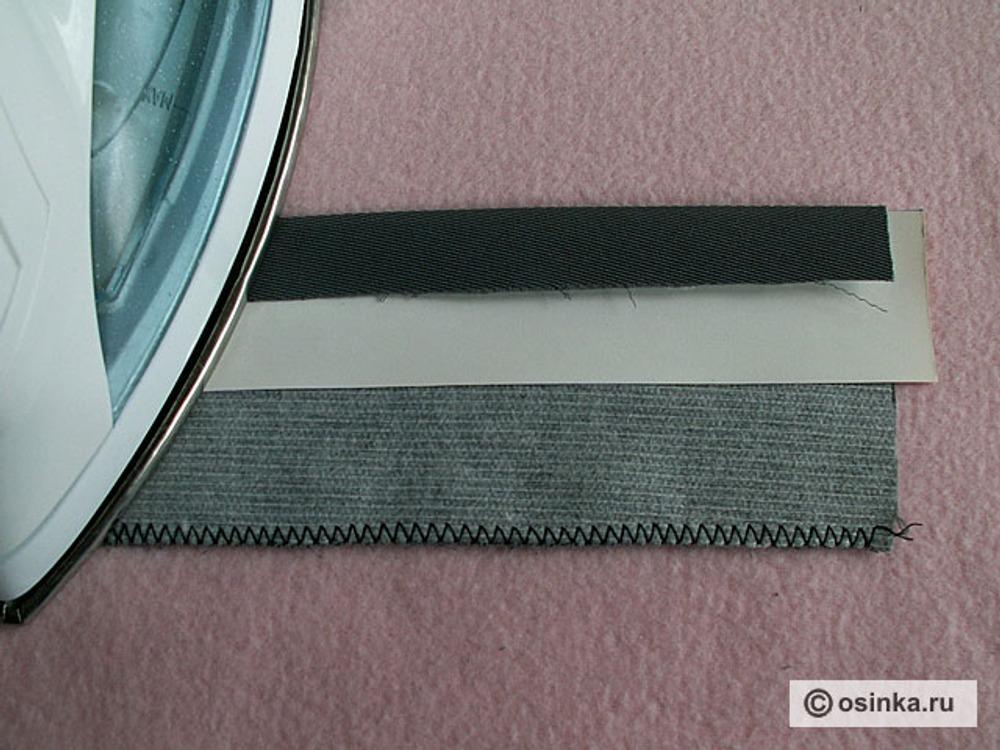 04. Заутюжить обрезной край обтачки к центру лекала.