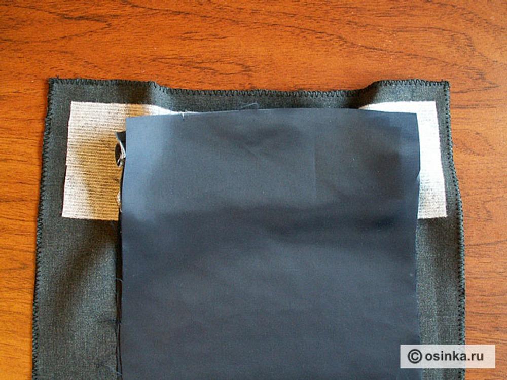 19. Закладываем на изнанку изделия мешковину (нижнюю) лицевой стороной вниз, совмещая срезы.
