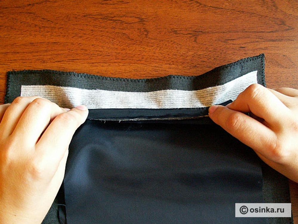 20. Отгибаем верхнюю часть мешковин и прокладываем строчку вплотную к шву притачивания верхней обтачки. Для удобства стачивание производят со стороны верхней мешковины.