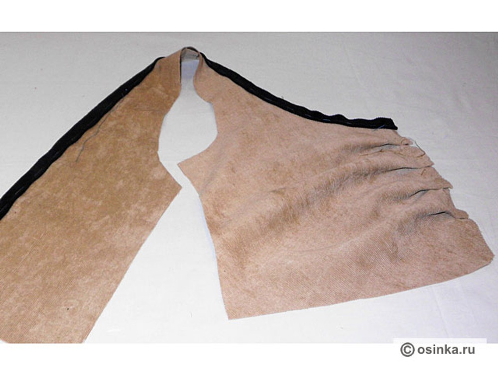 18. Вдоль срезов боковых частей спинки и полочки приметываем кант. Срезы канта совпадают со срезами полочки и спинки.