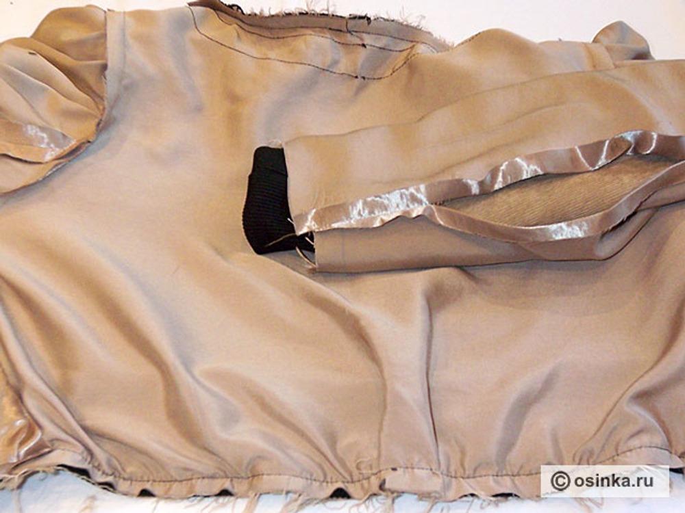 36. Нижний срез подкладки скалываем со швом притачивания пояса , закладываем по середине спинки складку на свободное облегание и стачиваем.