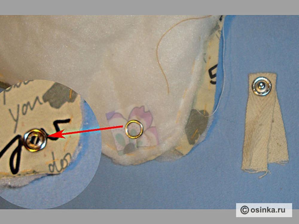 11. На отрезок тесьмы длиной 8-10 см установить нижнюю часть кнопки, верхнюю часть кнопки установить на подклад, подложив кусочек плащевки со стороны утеплителя.