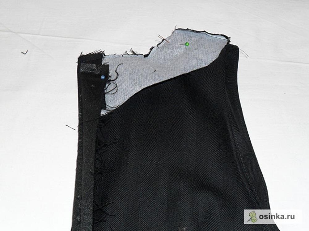 22. Выкроить из основной ткани обтачки для горловины и проймы платья. Проклеить флизелином. Сложить обтачку лицевой стороной с лицевой стороной платья, сколоть и пришить. Припуск срезать близко ко шву, сутюжить. Сделать небольшие надрезы на местах скругления по направлению ко шву. Заутюжить шов на сторону обтачки. Проложить строчку по обтачке на расстоянии 1 мм от шва стачивания. Отогнуть обтачку на изнаночную сторону. Тщательно заутюжить край горловины и пройм.