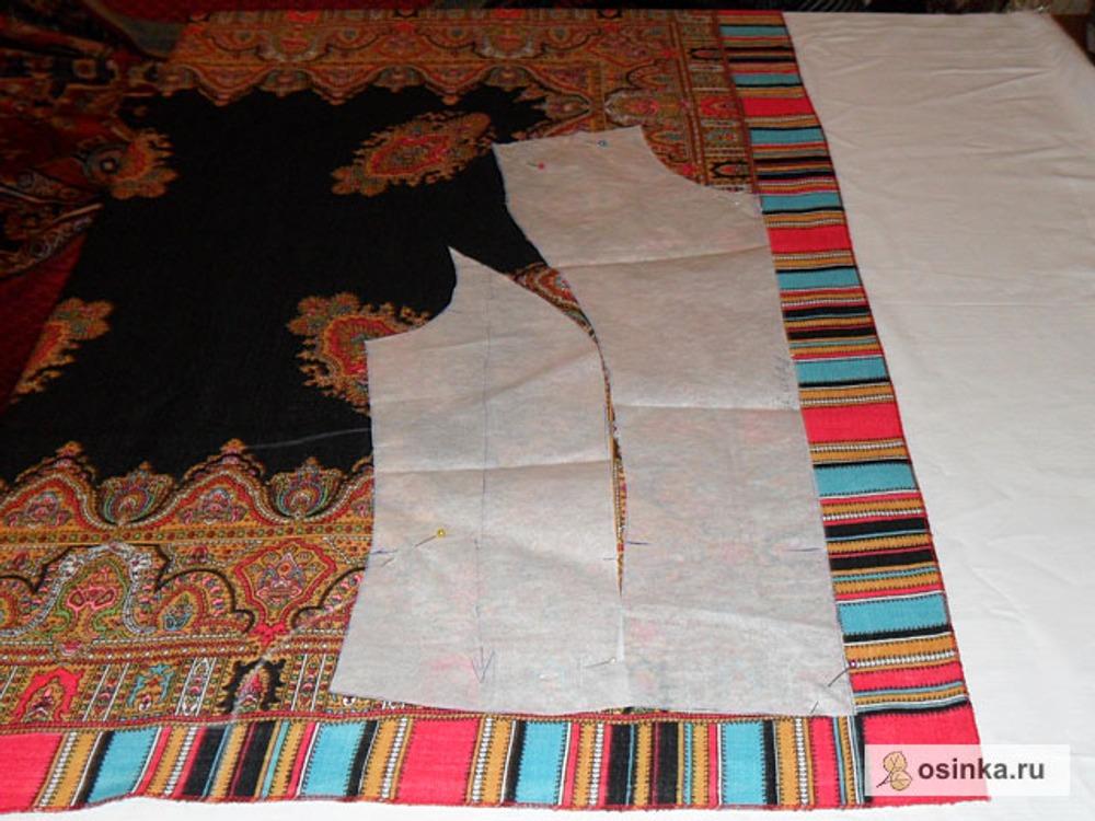 05. Выкраиваем из платка отделку. Лекала необходимо расположить на платке таким образом, чтоб максимально сохранить рисунок. Линия середины полочки и нижний срез должны совпадать с краем рисунка.