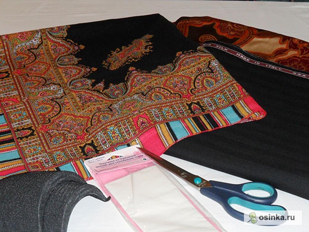 """01. Для пошива костюма использованы: - ткань костюмная (состав 50% шерсть, 50% шелк); - павловопосадкие платки ( рисунок """"Терем"""") - 2 шт.; - подкладочная ткань (состав 100% шелк); - клеевая паутинка на бумажной основе; - флизелин, косая бейка, крючки, подплечники. За основу для платья-футляра взята модель 116 из жрнала Бурда №12, 1996г., для жакета – модель 103 из журнала Бурда №11,2007г. Перед раскроем платки необходимо постирать в теплой воде с солью и уксусом. Сполоснуть с ополаскивателем, чтоб избежать запаха уксуса. Просушить в расправленном виде, отпарить утюгом."""