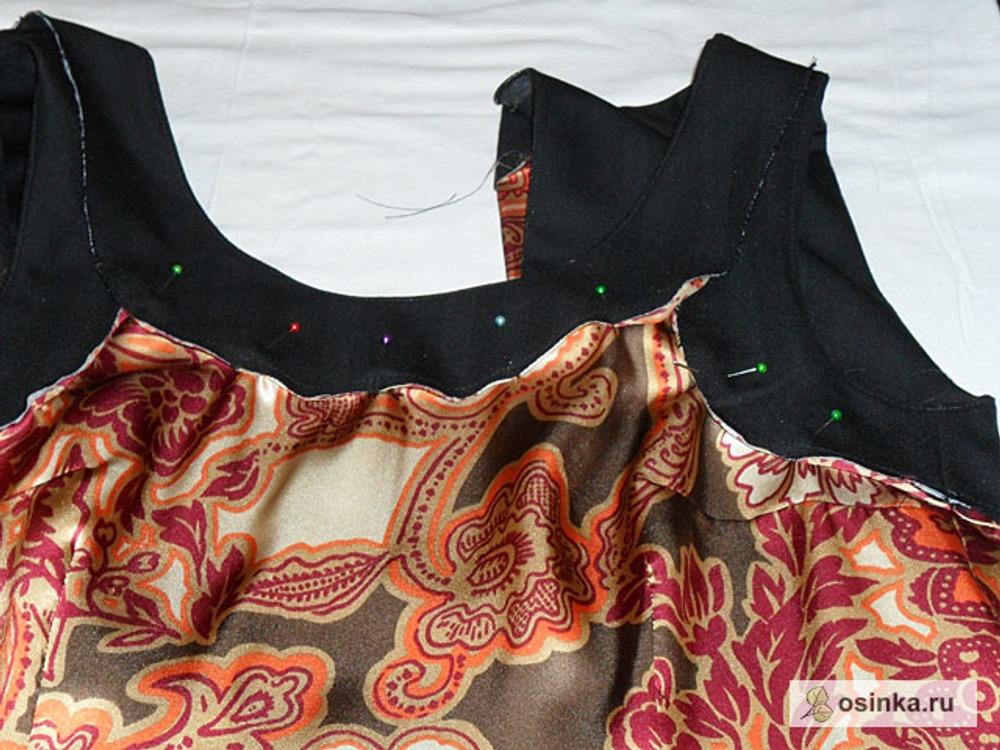 24. Сложить подкладку изнаночной стороной с изнаночной стороной платья, сколоть срезы с обтачкой горловины и пройм. Стачать. Срезать близко ко шву припуски. Обработать косой бейкой. Разрез обработать подкладкой.