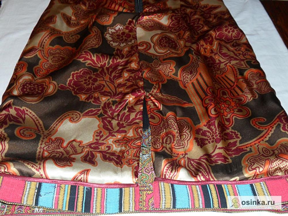 25. Нижний край подкладки должен быть на 4 см. короче длины платья в готовом виде. Сшить подкладку с припуском на подгибку низа платья, срез обработать косой бейкой. Разрез обработать подкладкой.