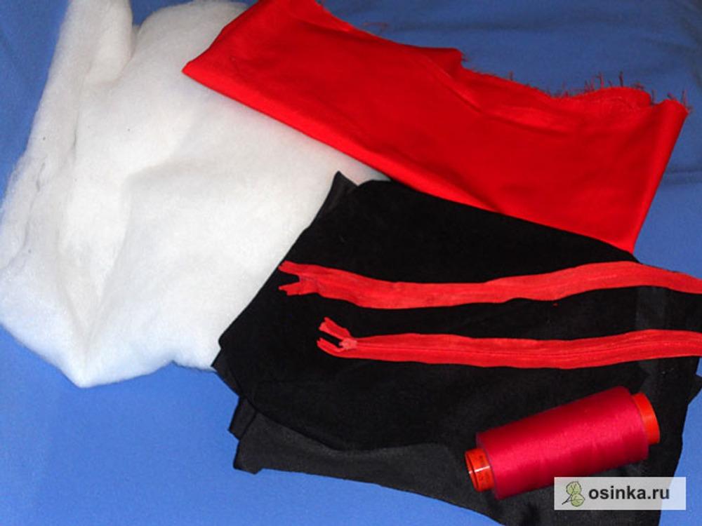 01. Подготовила материалы: черная ткань на верх, красная на подкладку (любимые цвета моей Татьяны), синтепон, две молнии красные 35 см, нитки красные, красная косая бейка.