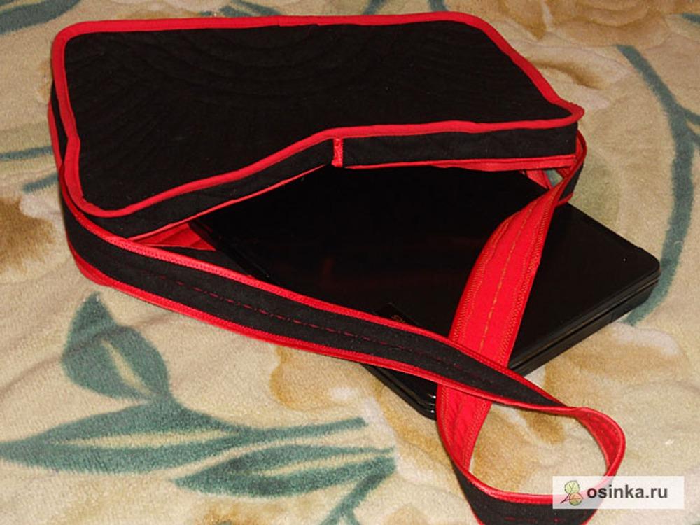 14. Окантовала срезы косой бейкой. Косую бейку выкроила из красной ткани, так как готовая тесьма очень узкая.