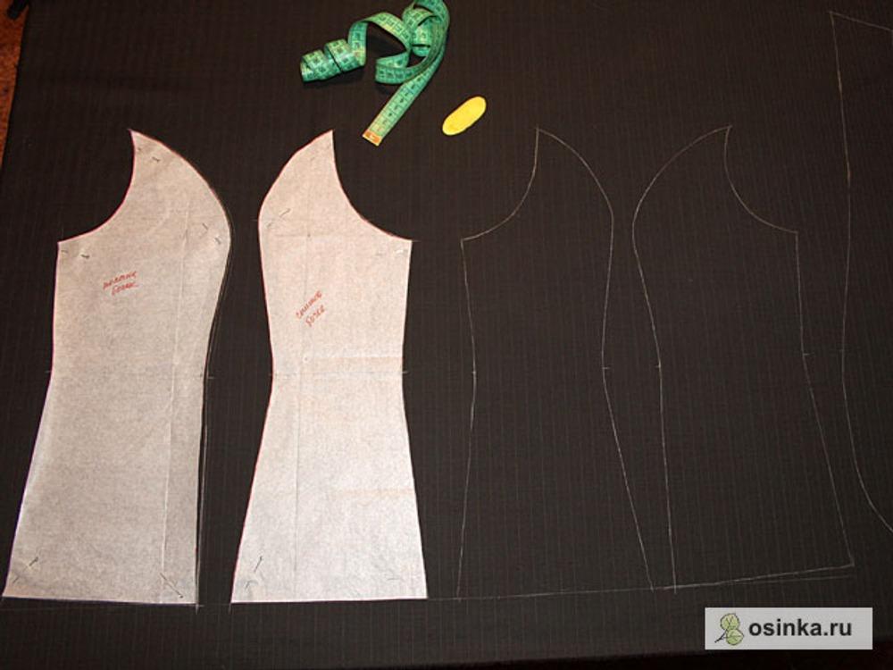 01. Детали жилета прикалываю к ткани булавками и обмеловываю по контуру (линии толщиной не более 1 мм). В моем случае ткань в полоску, и я выкраиваю каждую деталь, подбирая рисунок.