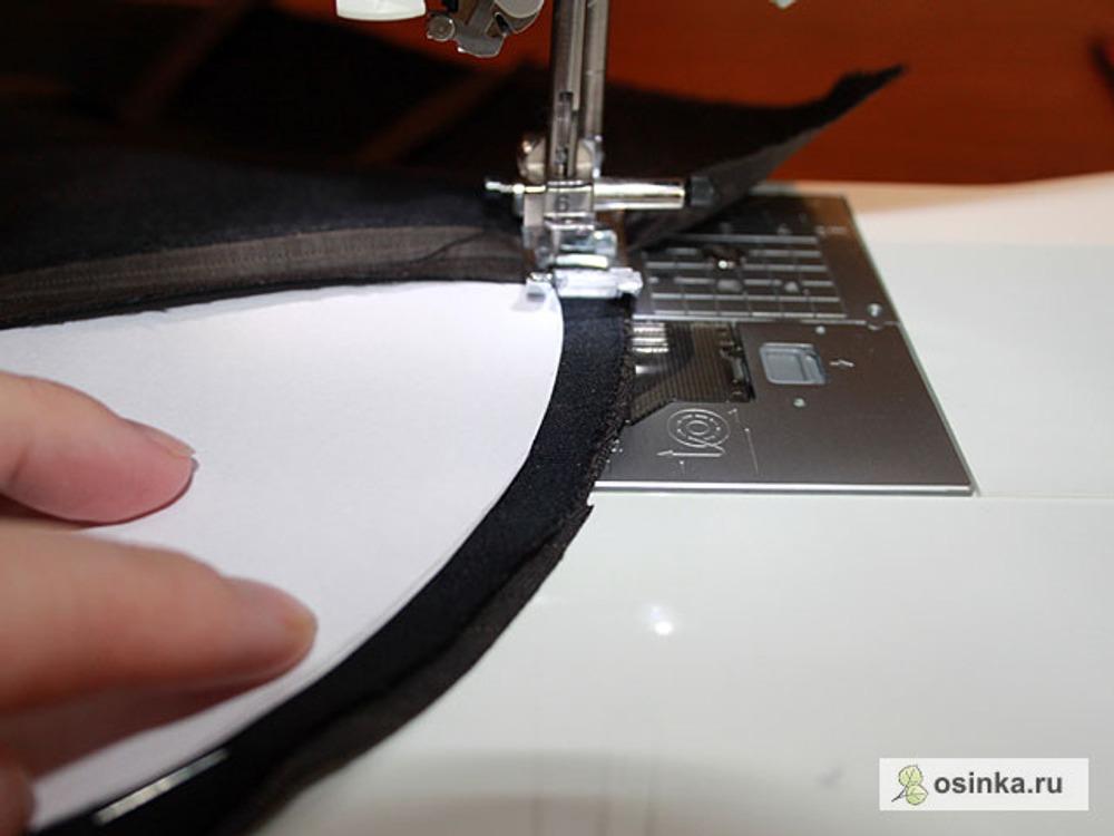 17. При стачивании подборта и полочки строчу в доль края бумаги. Осноровочное лекало служит для того, чтобы легче было повторить аналогичную линию на другом подборте.