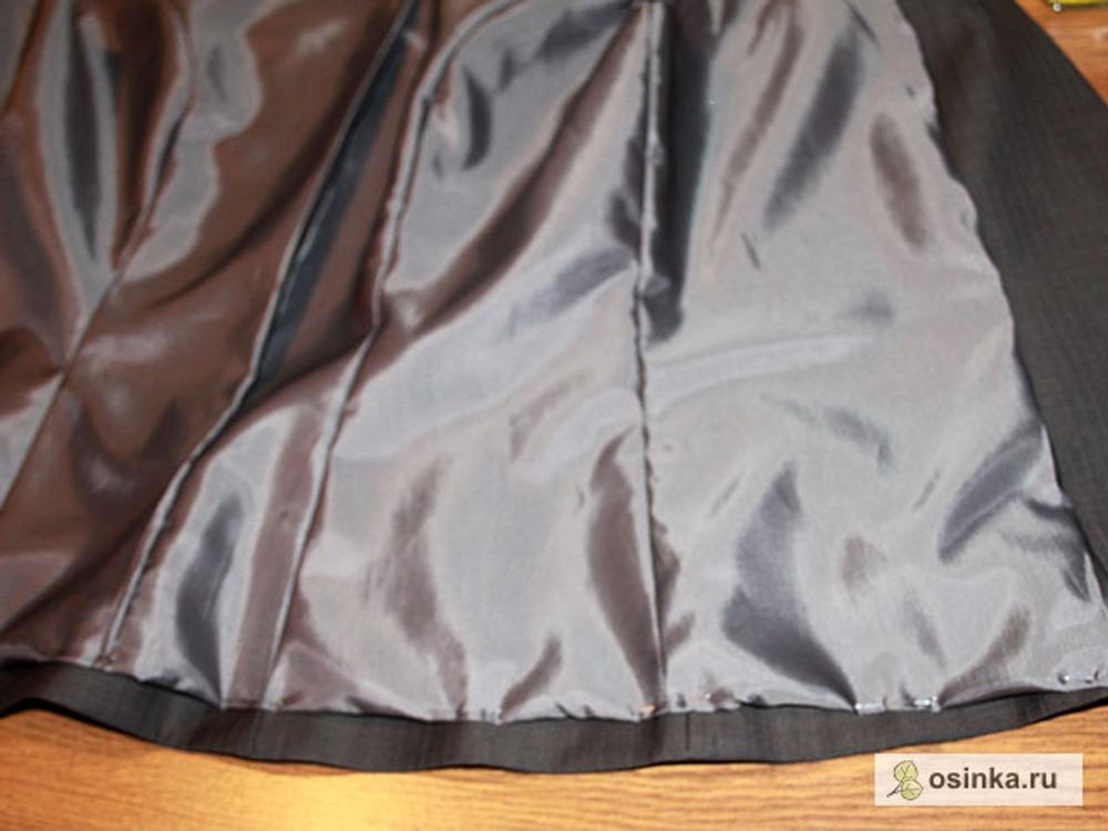22. Накалываю низ подкладки к подгибу низа жилета, так же с лица, и стачиваю с изнанки.