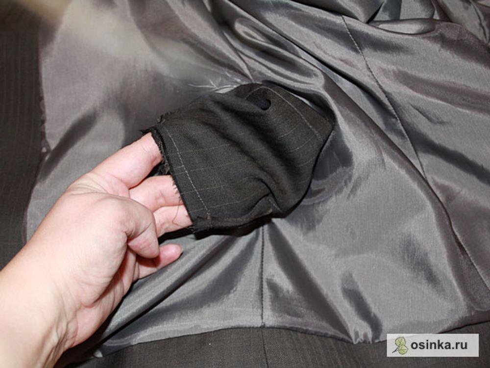 24. Через заранее оставленное отверстие в боковом шве протаскиваю плечевые срезы и стачиваю их.
