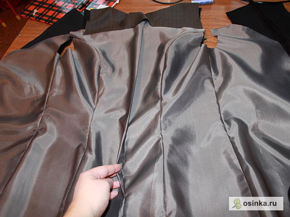 20. Стачиваю детали подкладки и разутюживаю швы. Еще на спинке заютюживаю складку, для свободы движения.