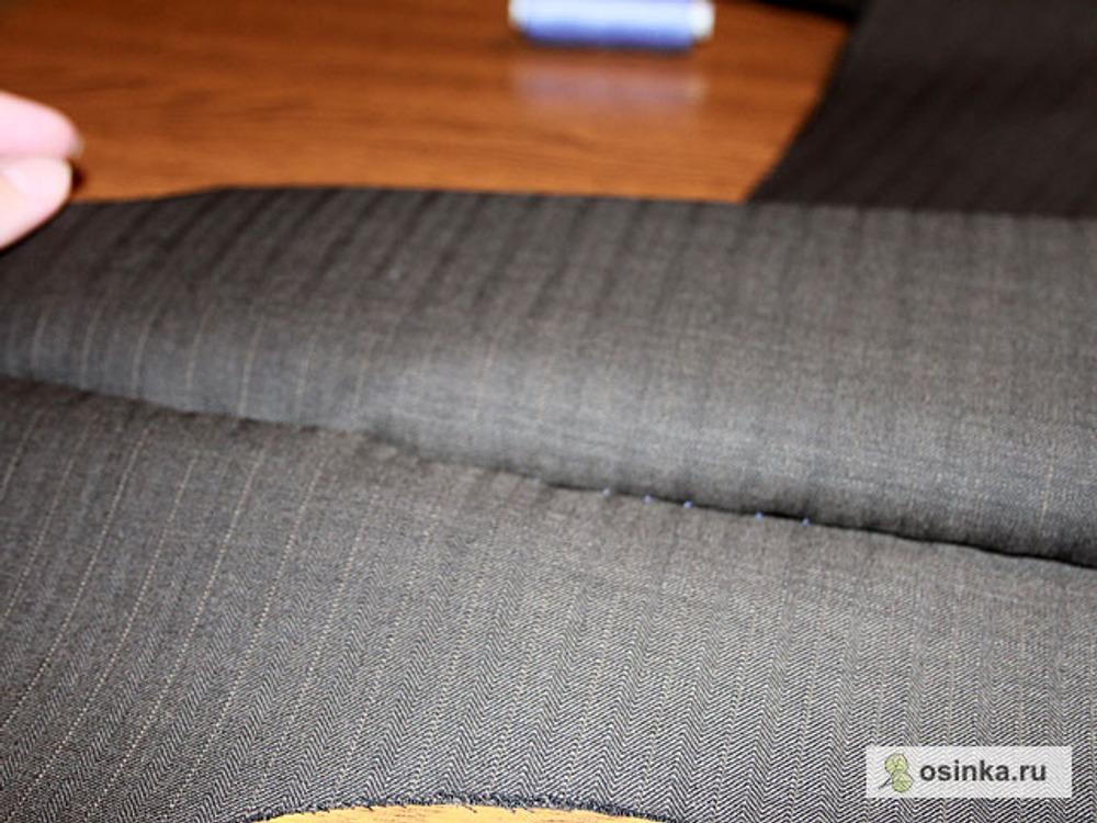 05. Сметываю бочок спинки, середину спинки и кокетку, проверяя совпадает ли рисунок. Сметываю боковые швы.