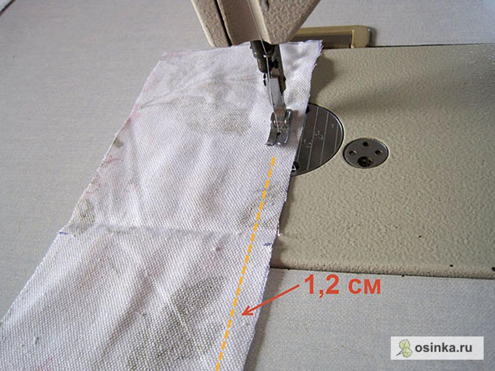 12. Беру центральные детали спинки подклада. Прокладываю вспомогательную машинную строчку по прямому срезу центра спины на ширину припуска шва (1,2 см) на обеих симметричных деталях.