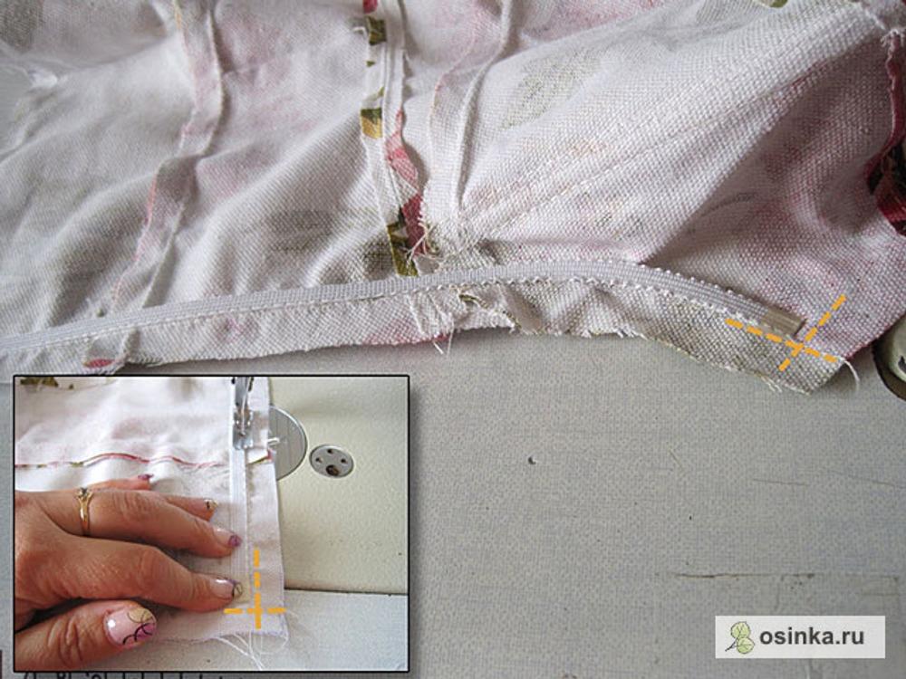 20. Дохожу до спины и обрезаю кость не доходя до пересечения строчек-линеек на 1-2 мм. Обклеиваю скотчем конец кости. Повторяю операцию на второй стороне корсета. Можно отмерить приблизительную длину косточки, скруглить конец и пришить. А можно начать пришивать прямую кость, дойти до области скругления, отрезать кость с запасом 7-8 см, присобрать и сформировать полукруг, продолжить пришивание и в конце отрезать лишнее, обклеить скотчем. В конце строчки сделать закрепку.