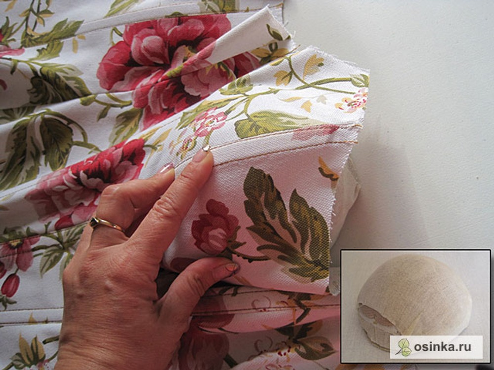 41. Для придания красивой формы косточке, пристроченной по рельефу груди, утюжу с паром на форме для выутюживания чашек.